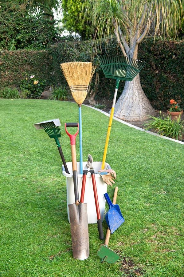 arbeta i trädgården gräshjälpmedel royaltyfri fotografi