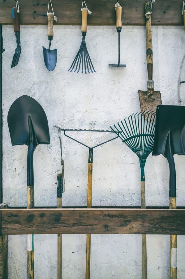 Arbeta i trädgården hänger hjälpmedel som sätts till springan som göras från trä och, upp rumsrent royaltyfri bild