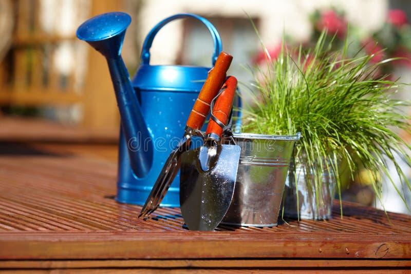 arbeta i trädgården hjälpmedel arkivfoton