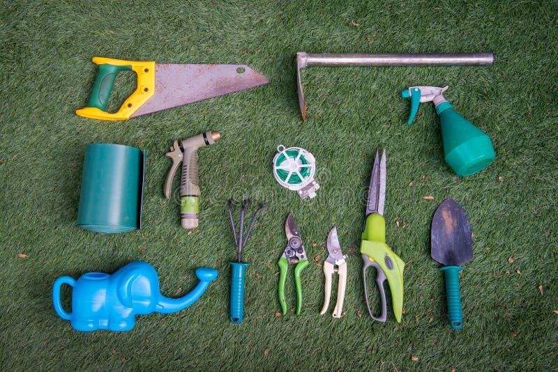 Arbeta i trädgården hjälpmedel på gräset fotografering för bildbyråer