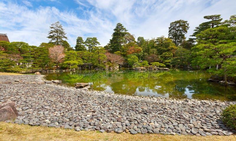 Arbeta i trädgården i den imperialistiska slotten, Kyoto, Japan arkivbild