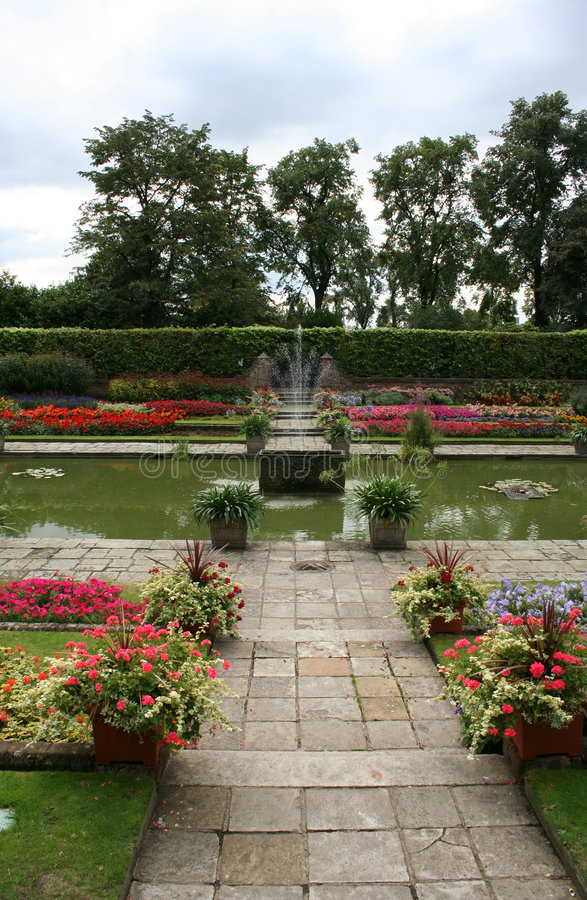 arbeta i trädgården kensingtonslotten royaltyfri foto