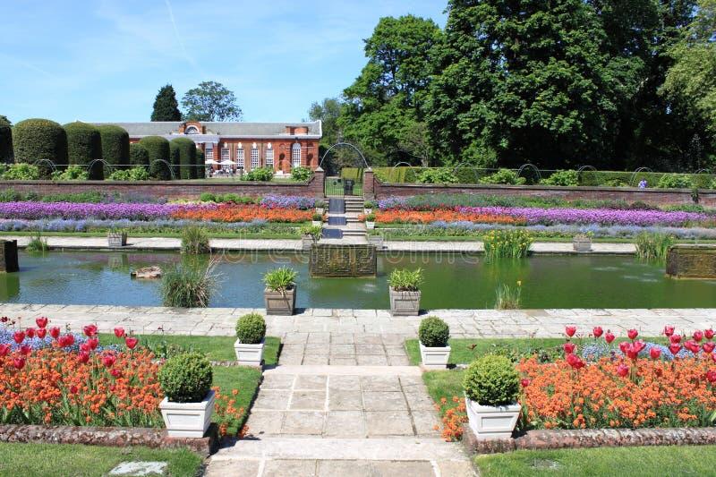arbeta i trädgården kensingtonslotten royaltyfri fotografi