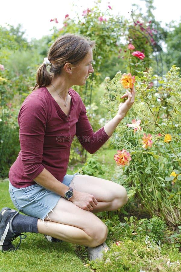 arbeta i trädgården kvinna arkivfoto
