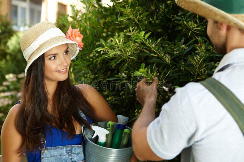 arbeta i trädgården kvinna royaltyfri foto
