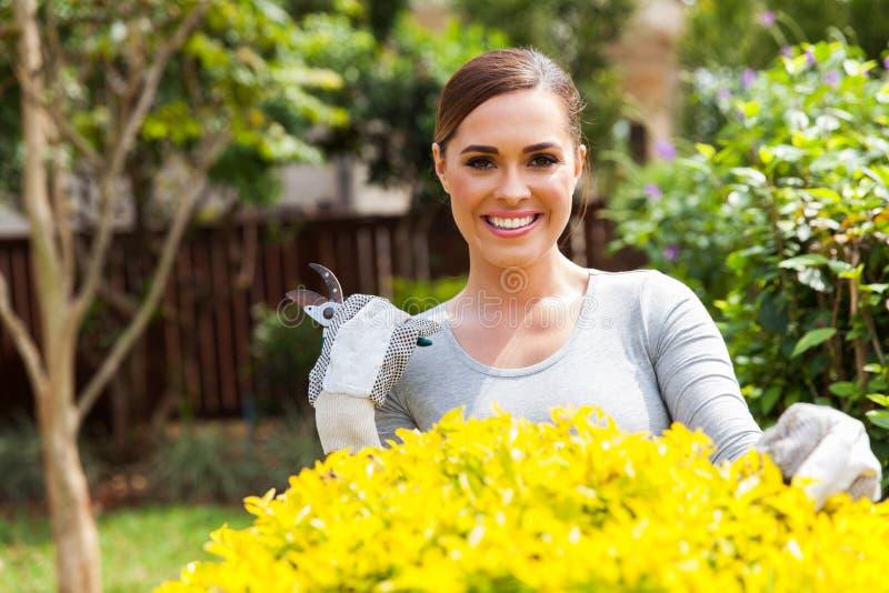 arbeta i trädgården kvinnabarn royaltyfri foto