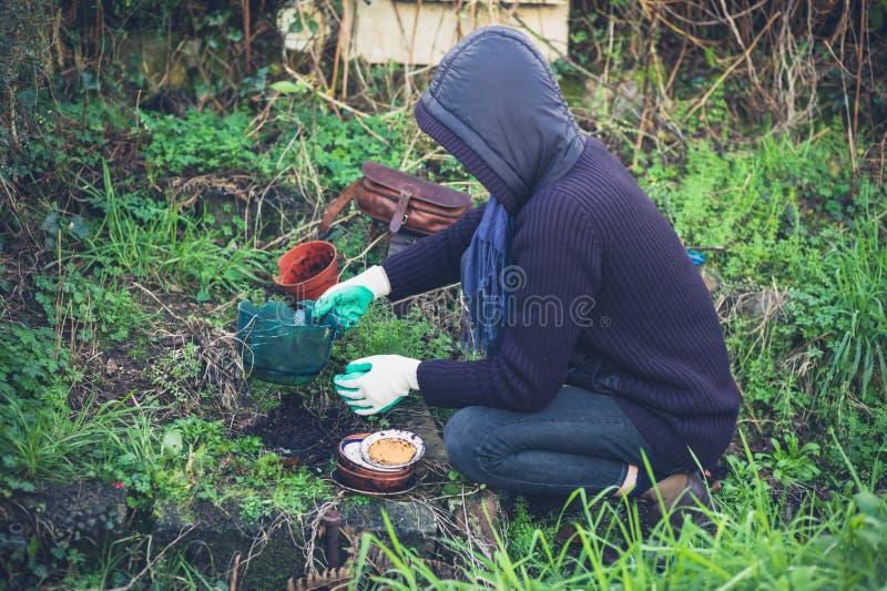arbeta i trädgården kvinnabarn royaltyfri fotografi