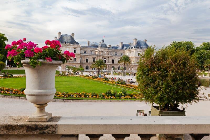 arbeta i trädgården luxembourg royaltyfri bild