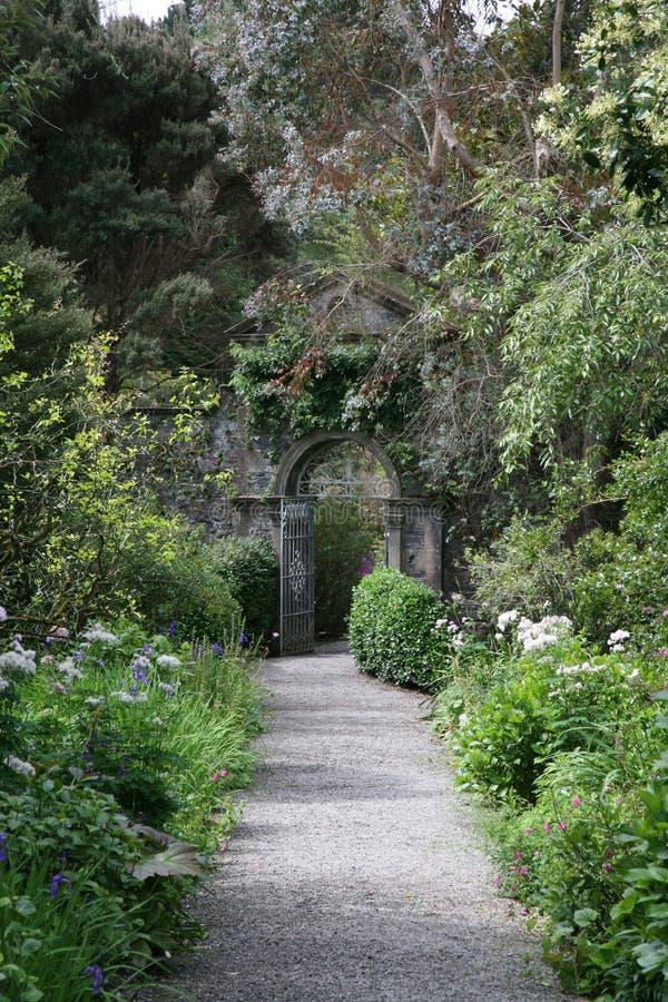 arbeta i trädgården porten arkivfoton