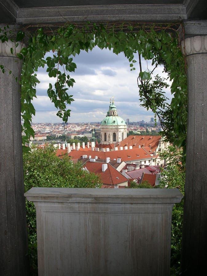 Download Arbeta i trädgården prague arkivfoto. Bild av rött, tjeck - 508516