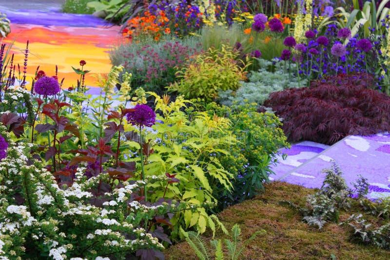 arbeta i trädgården regnbågen royaltyfri bild