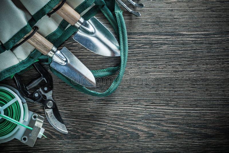 Arbeta i trädgården trädgårds- pruner för påsen kratta bandet för tråd för handspaden det mjuka royaltyfri fotografi