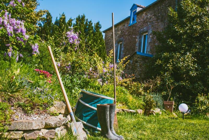Arbeta i trädgården - uppsättning av hjälpmedel för trädgårdsmästare arkivbilder