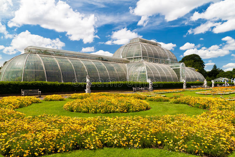 arbeta i trädgården växthuskew london royaltyfria foton
