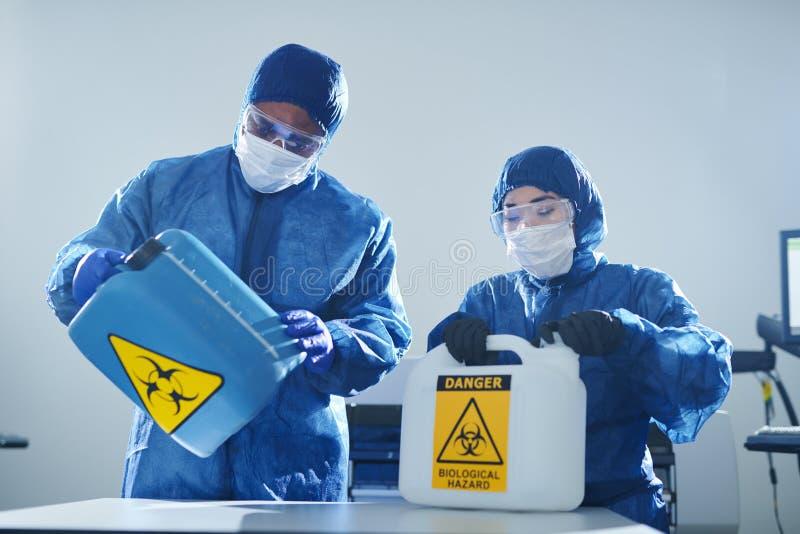 Arbeta med biohazards arkivbild
