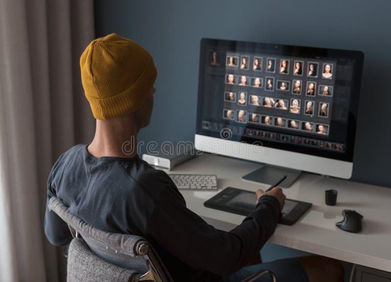 Arbeta med digitalt fotografi arkivfoto