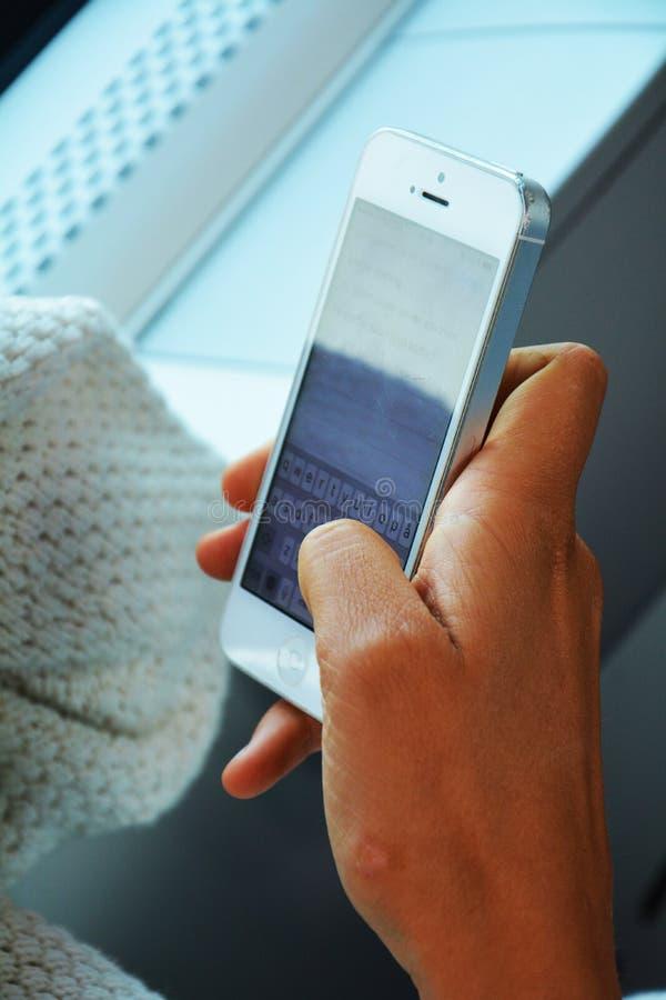 Arbeta med en smartphone i ett drev arkivfoton