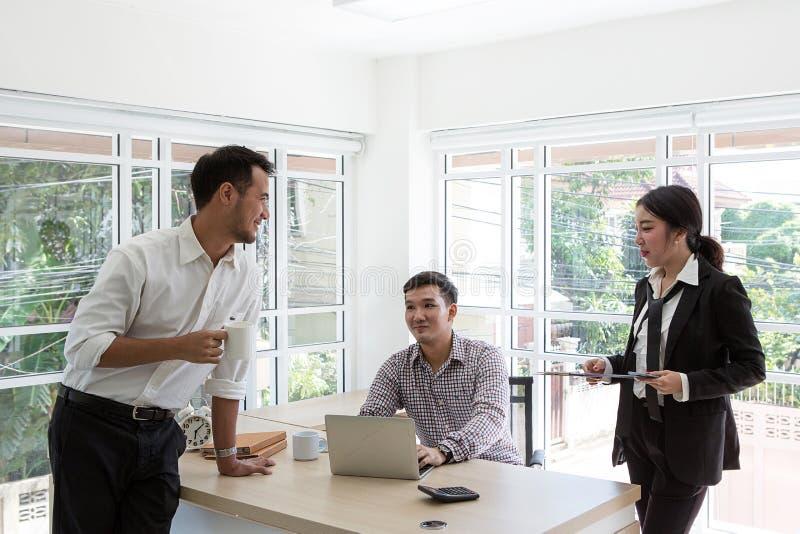 Arbeta på det lilla kontoret genom att använda bärbar datordatoren royaltyfri foto