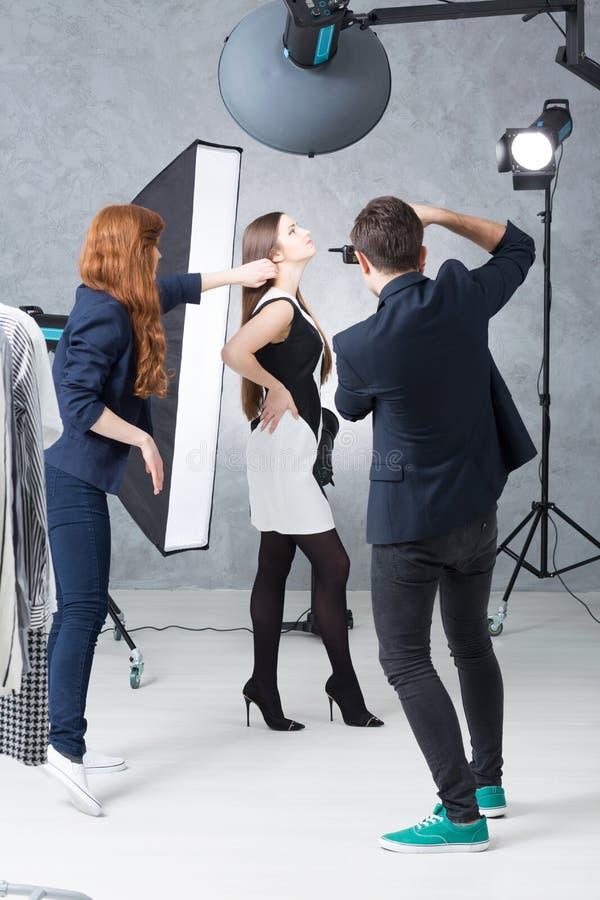 Arbeta på portföljen av en ung modell royaltyfri fotografi