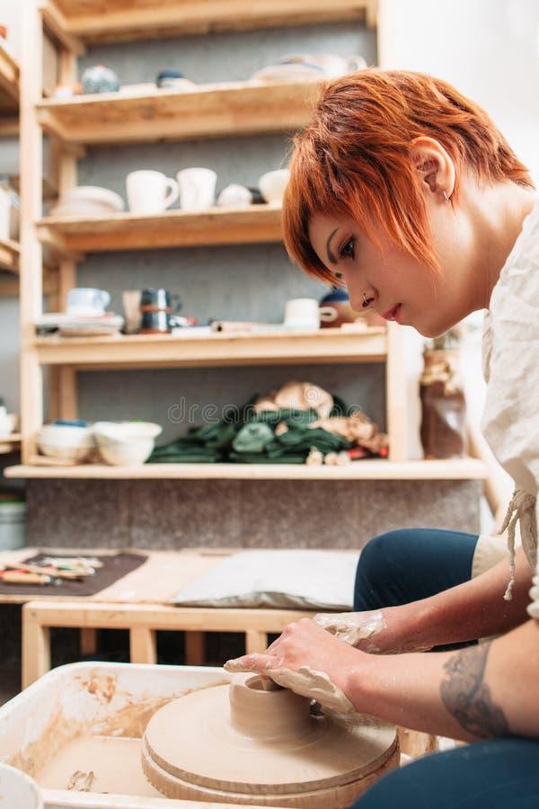 Arbeta på profil för keramiker för keramikerhjul kvinnlig royaltyfria bilder