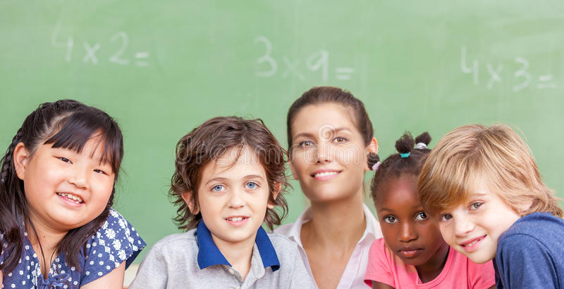 Arbeta tillsammans på grundskolan Integration och mång- eth royaltyfria foton