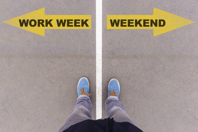 Arbeta veckan vs helgtextpilar på asfaltjordning, fot och sho royaltyfri fotografi