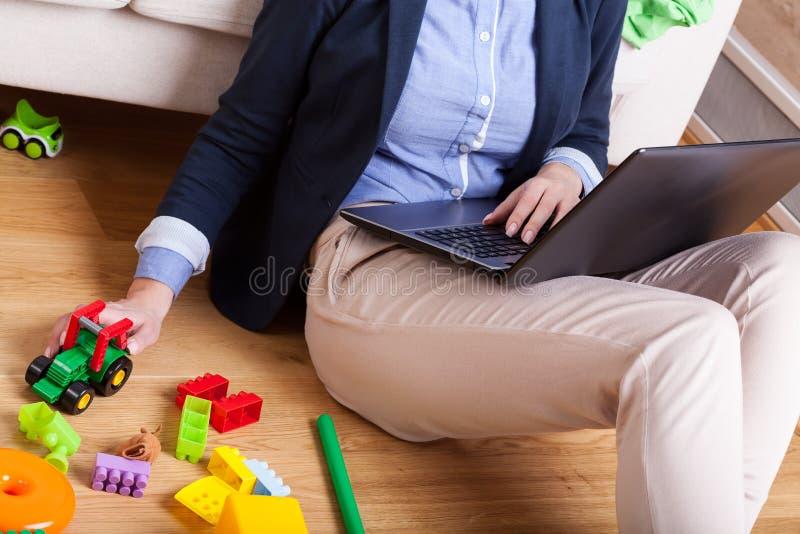 Arbetande mamma efter lång dag royaltyfri bild