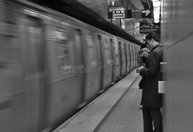 Arbetande pendlingssträcka för rusningstid för plattform för pendlareNew York City gångtunnel som arbetar Manhattan royaltyfria foton