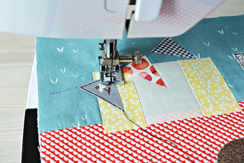 Arbetande process: applique och symaskin royaltyfri foto