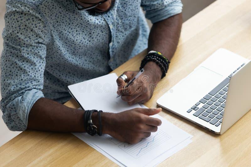 Arbetande sammanträde för bästa ovannämnd siktssvartchef på kontorsskrivbordet royaltyfri bild