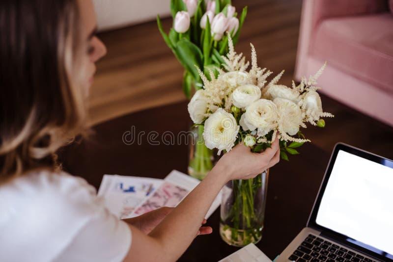 Arbetar den unga kvinnan för dekoratören med färgpaletten, tillfälligt foto för livsstil royaltyfria foton