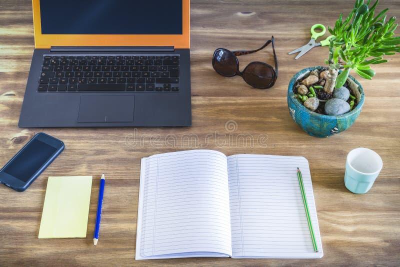 Arbetar- eller studentskrivbord arkivbilder
