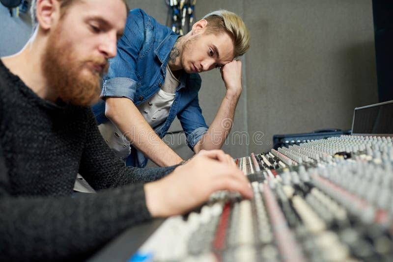 Arbetare av den moderna solida studion arkivbild