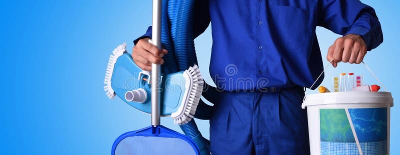 Arbetare för begreppssimbassängunderhåll med blå bakgrund royaltyfri foto