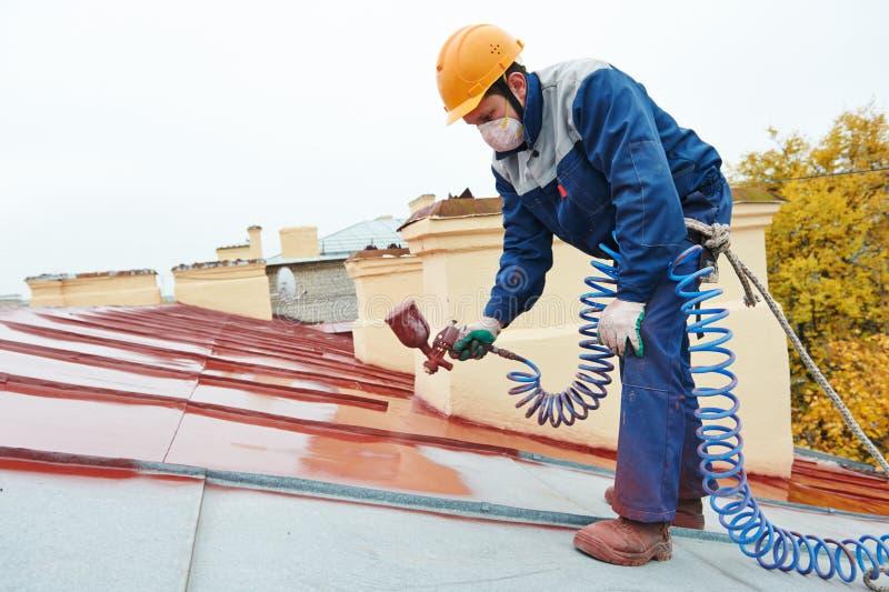 Arbetare för byggmästareroofermålare arkivfoto