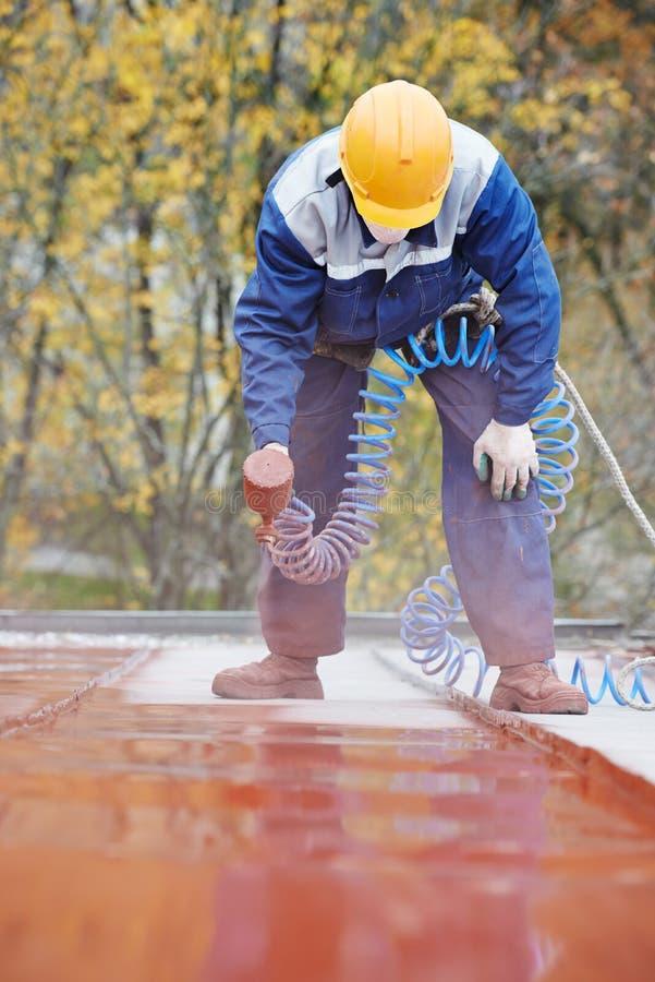 Arbetare för byggmästareroofermålare fotografering för bildbyråer