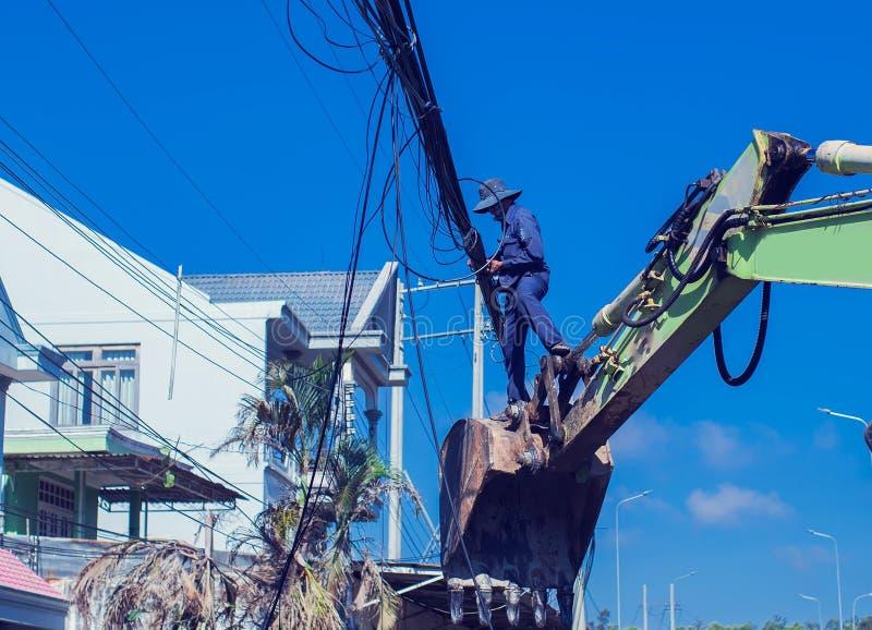 Arbetare för elektrikerlinjearbetarerepairman på klättringarbete på electri royaltyfri bild