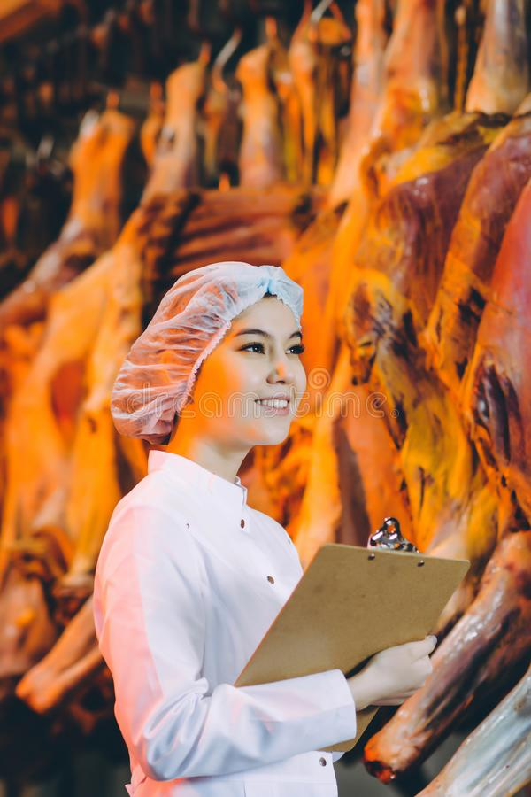 Arbetare för fabrik för produktion för rått kött arkivbilder