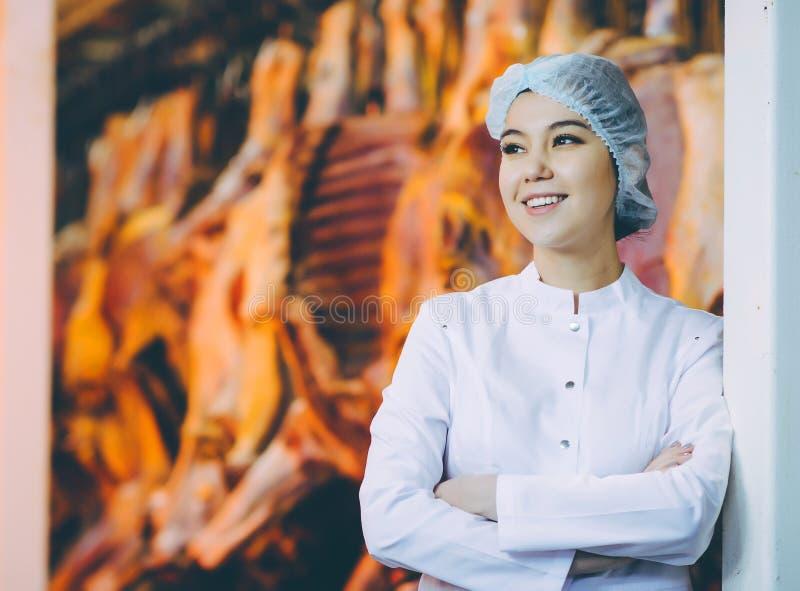 Arbetare för fabrik för produktion för rått kött royaltyfri foto