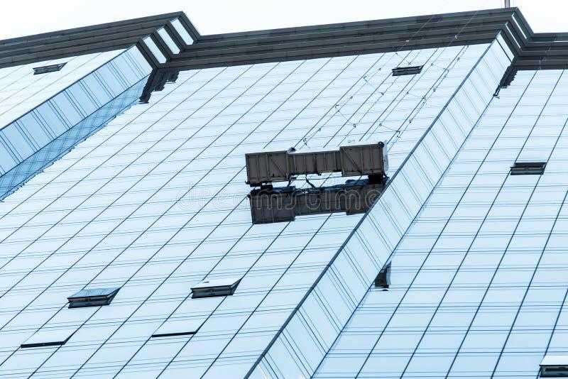 Arbetare för grupp för Boston horisontsyscraper som gör ren fönsterservice på högt fönster för löneförhöjningbyggnadsblått royaltyfri foto