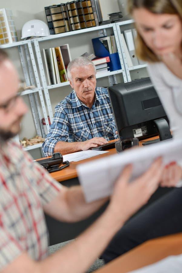 Arbetare för kontorsplats tre arkivfoto