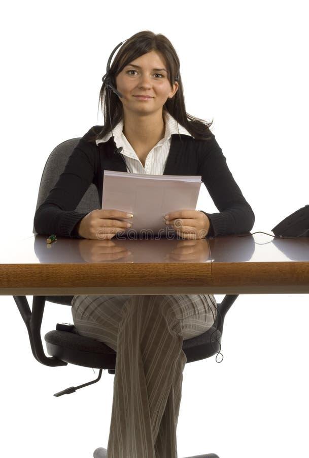 arbetare för kvinnlighörlurar med mikrofonkontor royaltyfri foto
