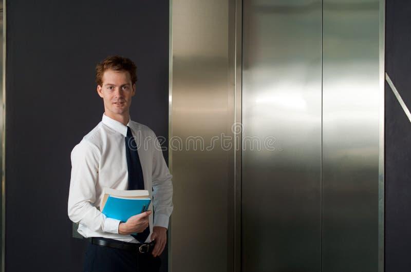 arbetare för lyckligt horisontalkontor för hiss väntande arkivbilder