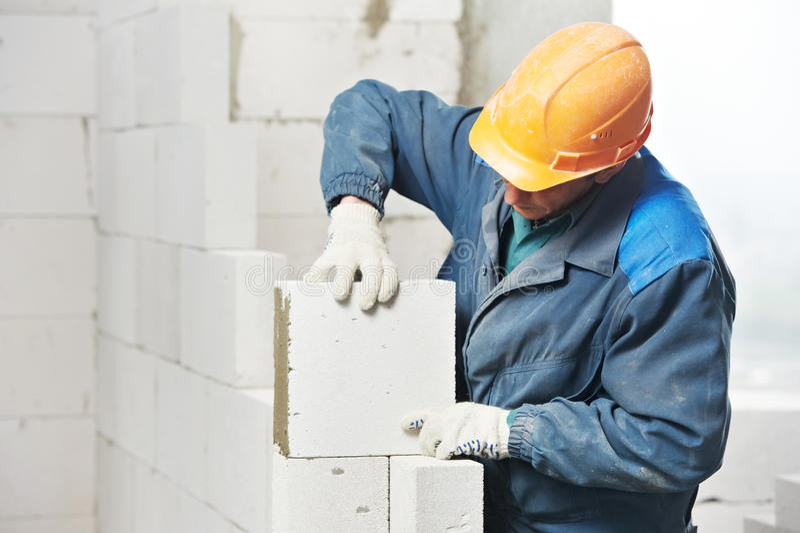 arbetare för murarekonstruktionsmason arkivbilder