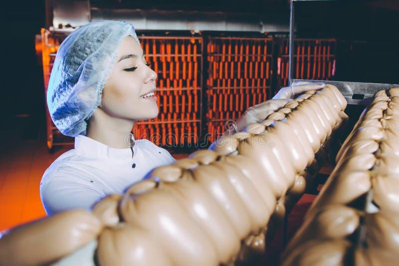 Arbetare för produktion för fabrik för korvkött arkivfoton