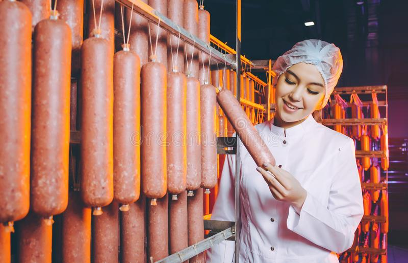 Arbetare för produktion för fabrik för korvkött royaltyfri fotografi