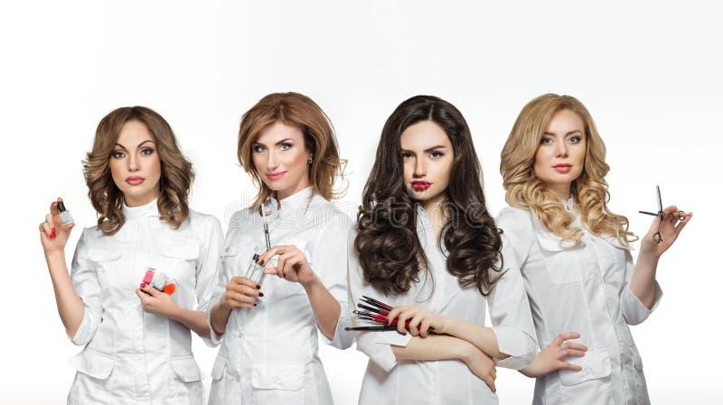 Arbetare för skönhetsalong med yrkesmässiga hjälpmedel arkivfoton