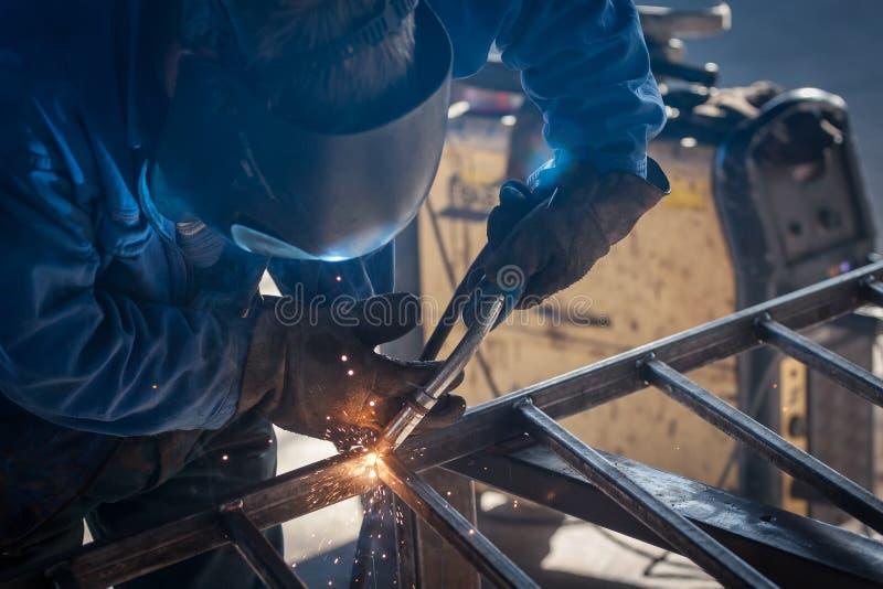 arbetare för svetsning för konstruktionsmetallproduktion royaltyfri bild