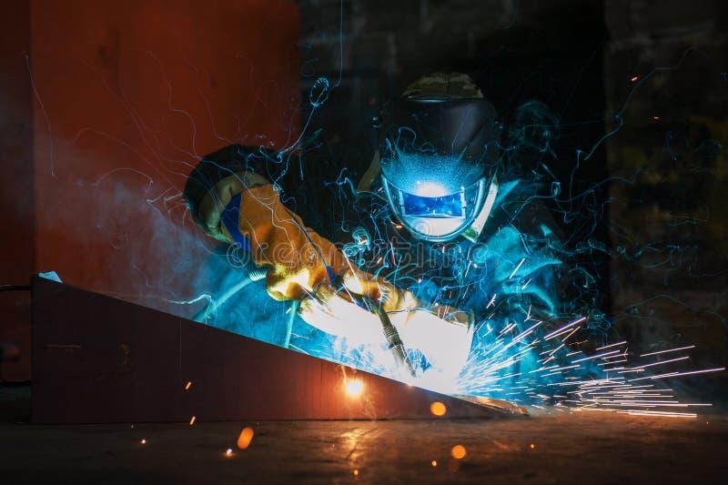 arbetare för svetsning för konstruktionsmetallproduktion royaltyfria bilder