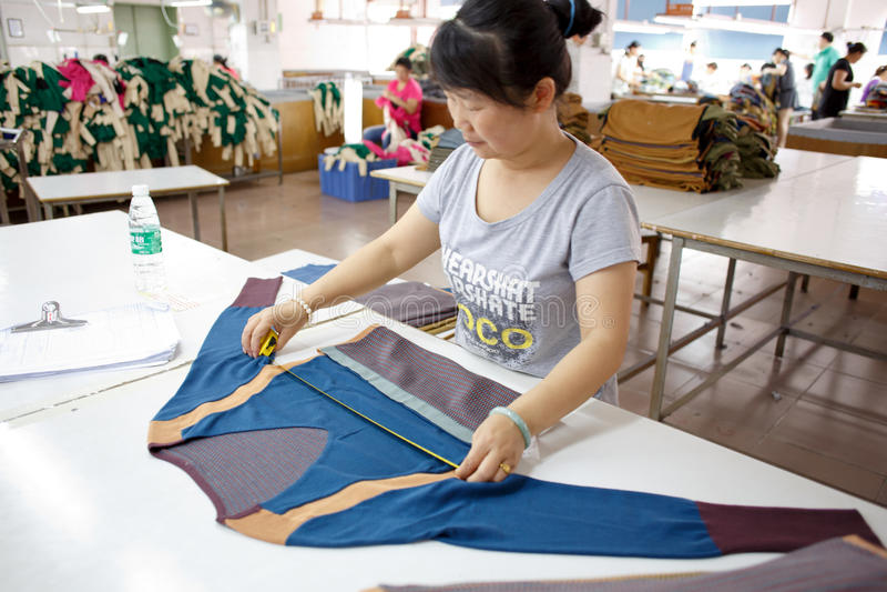 Arbetare i en kinesisk plaggfabrik royaltyfri fotografi